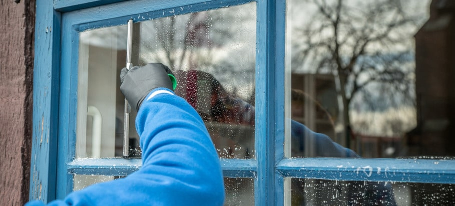 How to clean windows with a squeegee